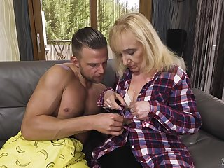 Kinky blonde mature slut Nanney makes her big wrinkled ass bounce on strong cock